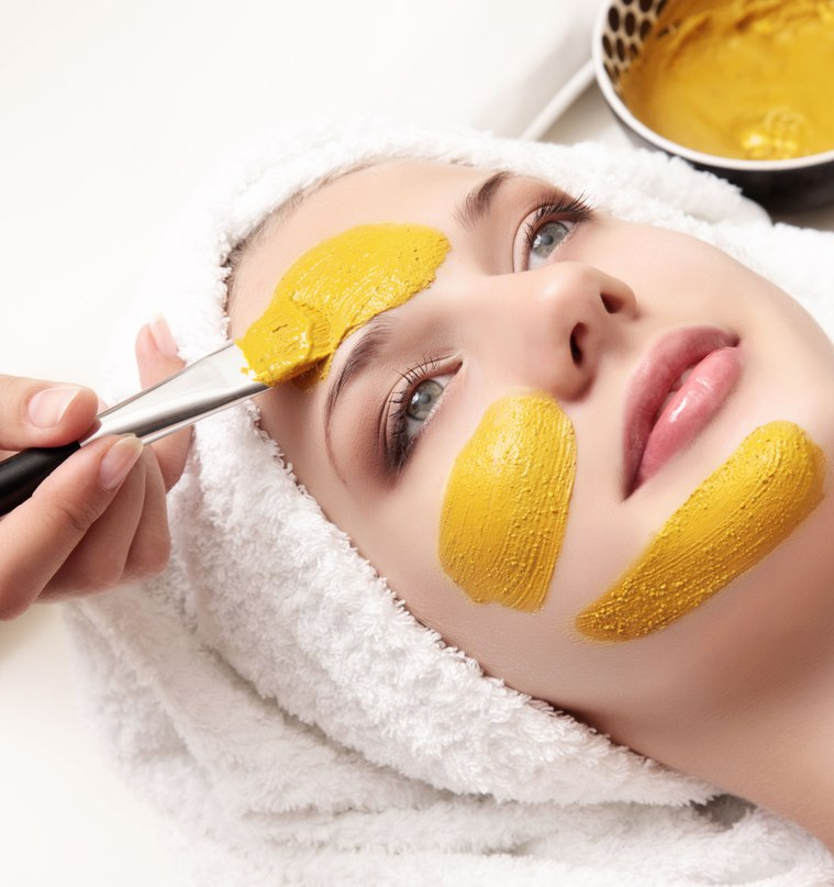 فوائد وطريقة عمل ماسك الكركم لتفتيح بشرة الوجه