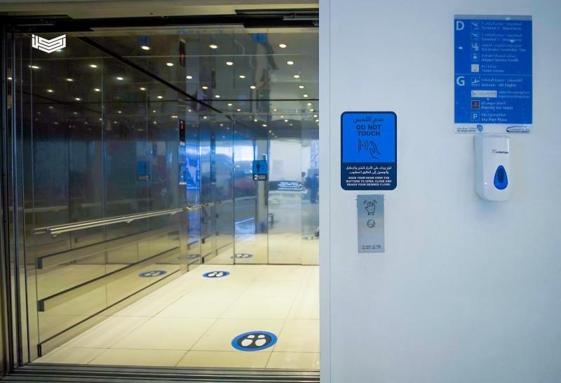 مطارات أبوظبي توفر أنظمة تحكم لاتلامسية بالمصاعد للحد من كورونا